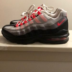 Hardly worn Nike women or men's sneakers